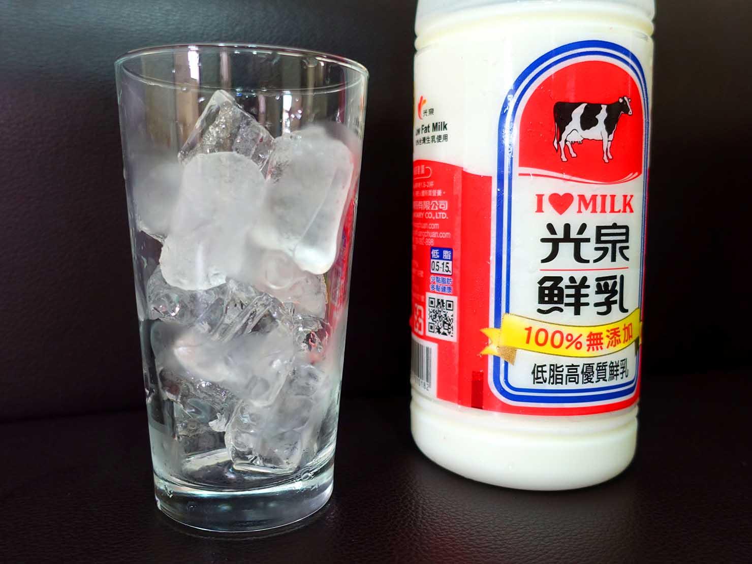 氷の入ったグラスと牛乳