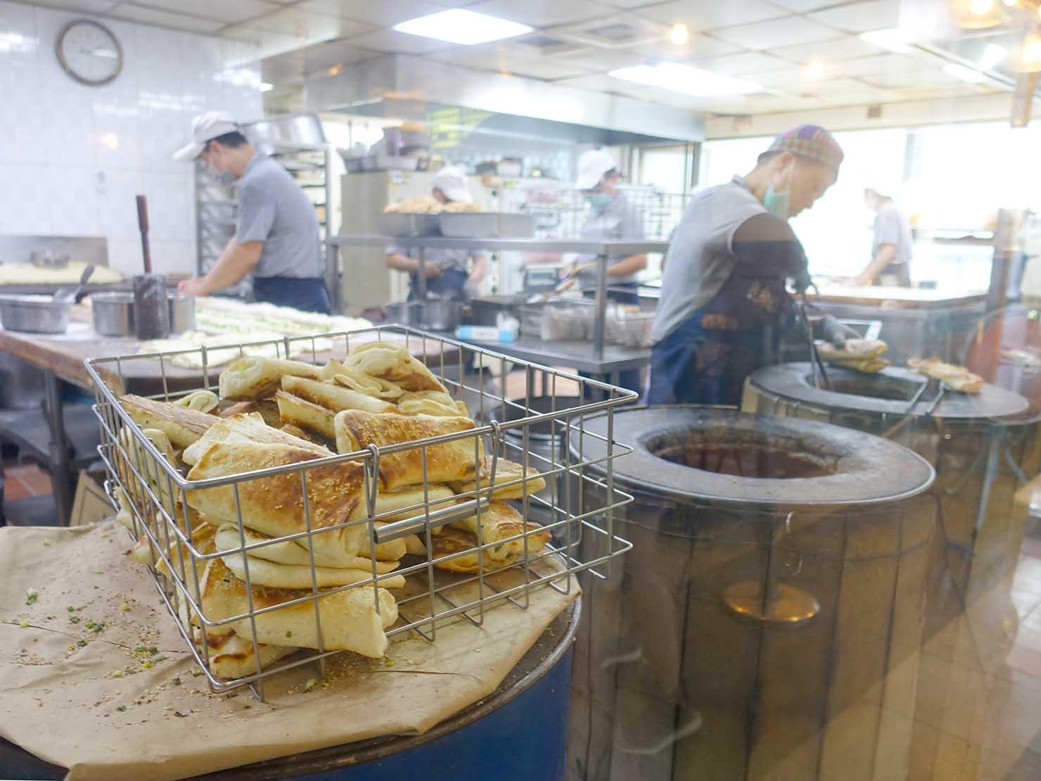 台北・善導寺のおすすめグルメ店「阜杭豆漿」の厨房