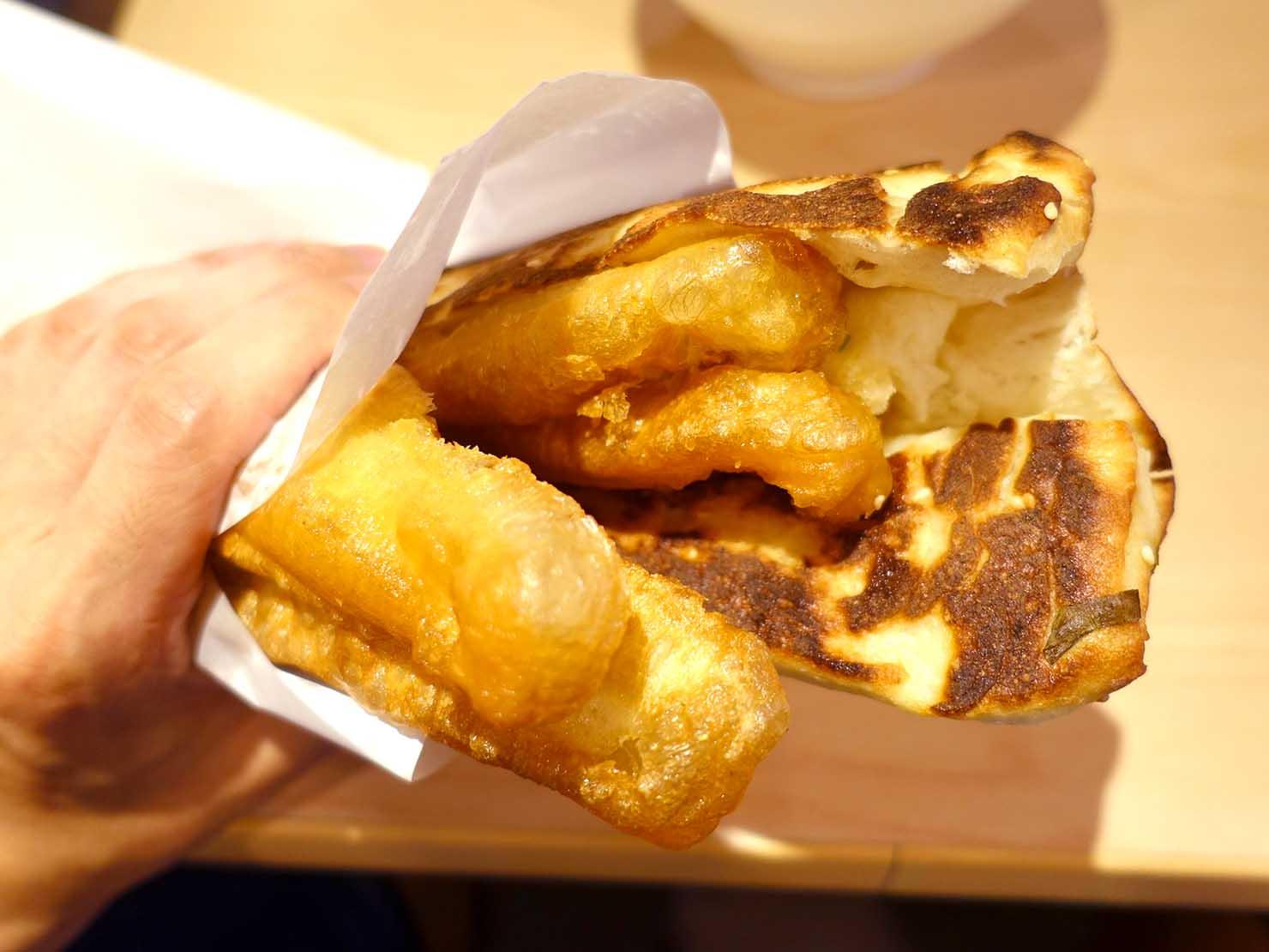 台北・善導寺のおすすめグルメ店「阜杭豆漿」の厚餅加油條