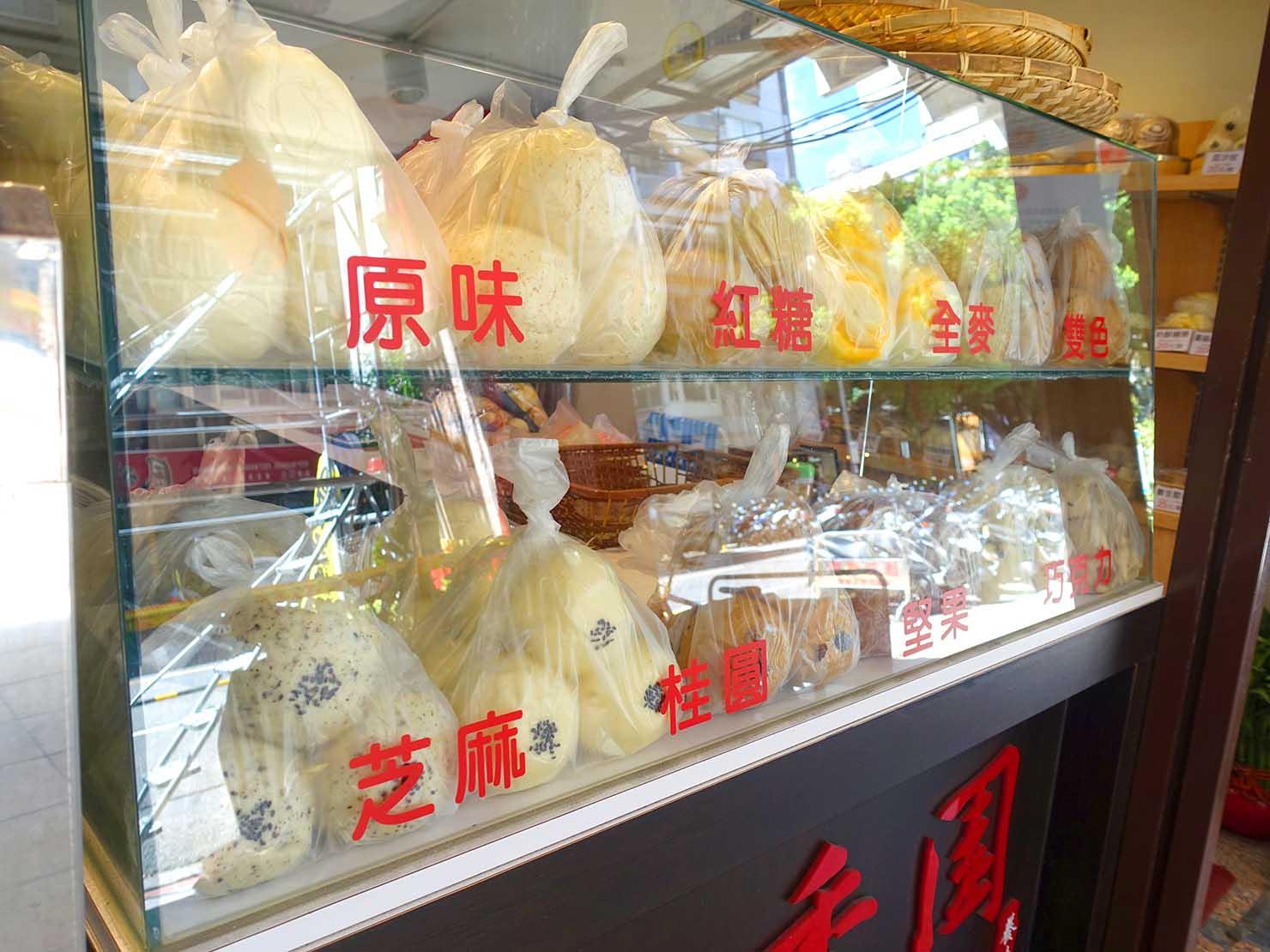 台北・善導寺のおすすめグルメ店「鼎香園手感老麵包子饅頭」のカウンターに並ぶ饅頭