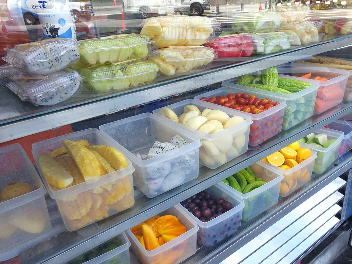 台北・善導寺のおすすめグルメ店「君君果汁吧」のカウンターに並ぶフルーツたち