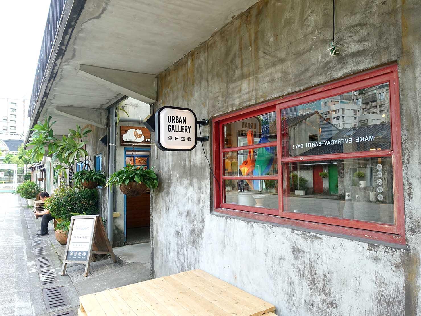 台北101エリアでのおみやげ探しにおすすめのショップ「好丘 Good Cho's」の窓