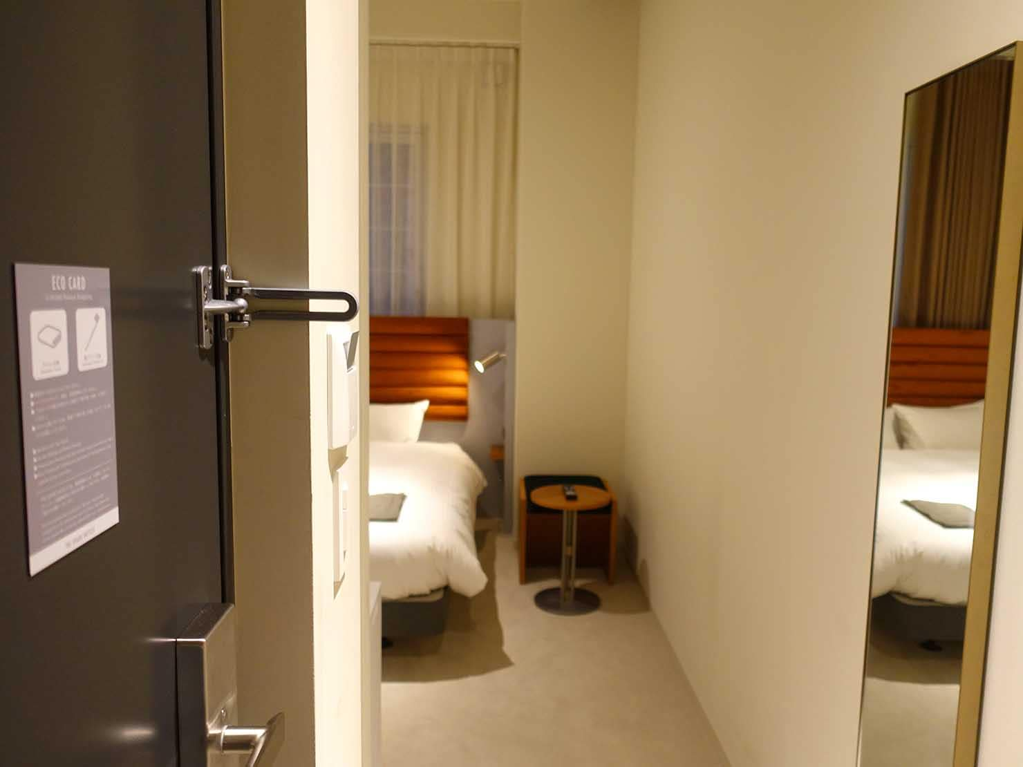 広島・八丁堀のおしゃれなリノベホテル「KIRO広島 The Share Hotels」コンパクトダブルの玄関