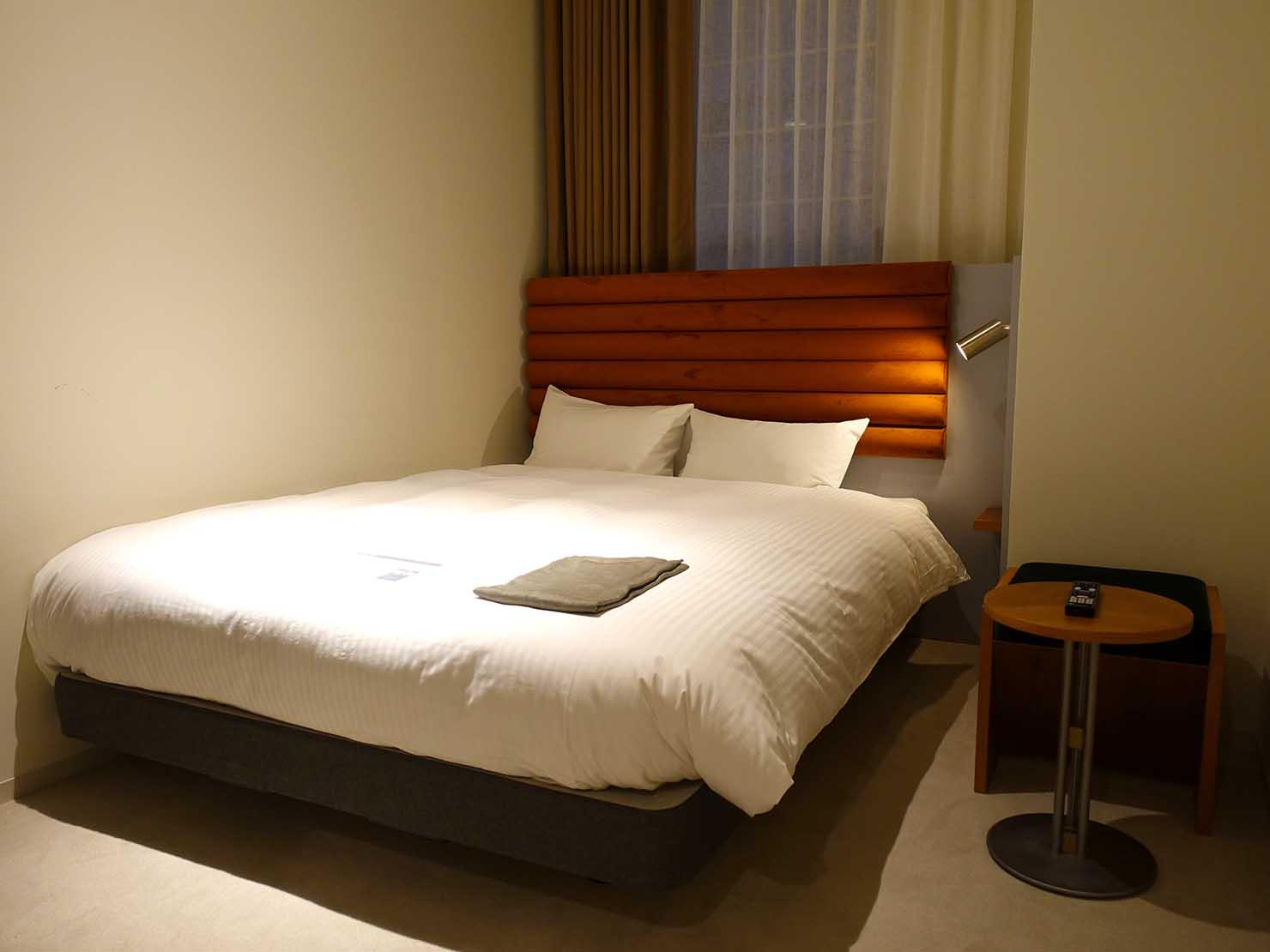 広島・八丁堀のおしゃれなリノベホテル「KIRO広島 The Share Hotels」コンパクトダブルのベッド