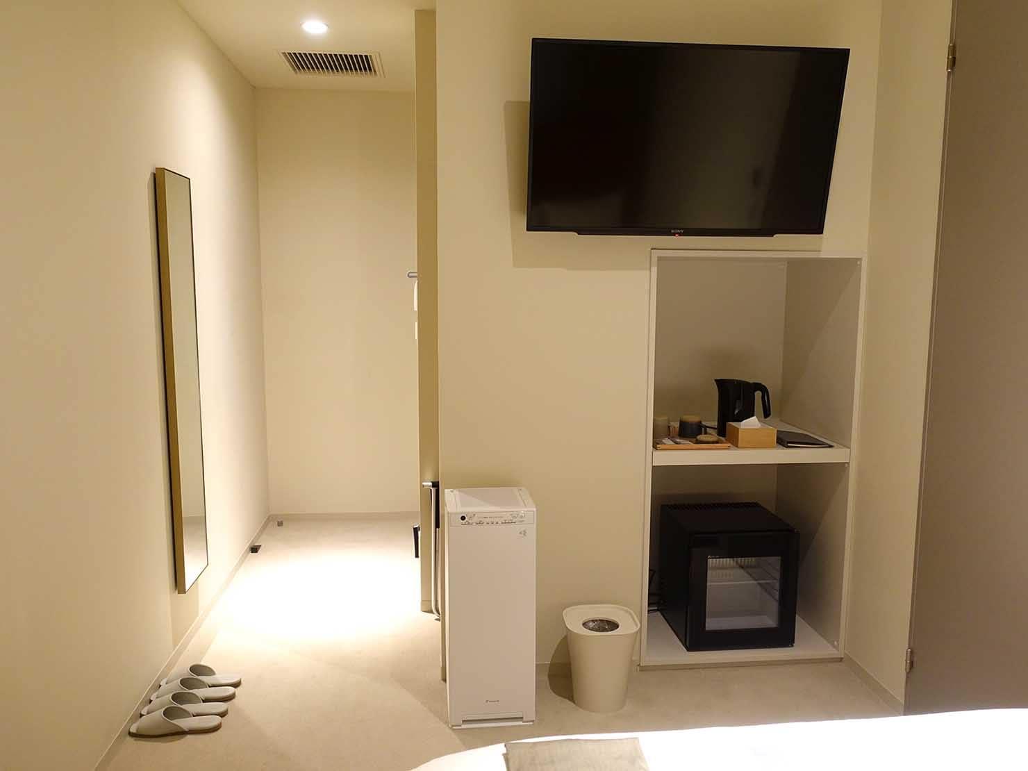 広島・八丁堀のおしゃれなリノベホテル「KIRO広島 The Share Hotels」コンパクトダブルのベッド側から見るベッドルーム