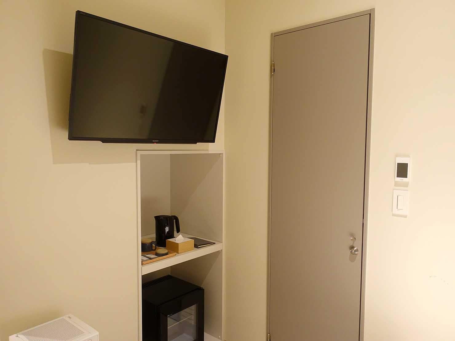 広島・八丁堀のおしゃれなリノベホテル「KIRO広島 The Share Hotels」コンパクトダブルのバスルームへのドア