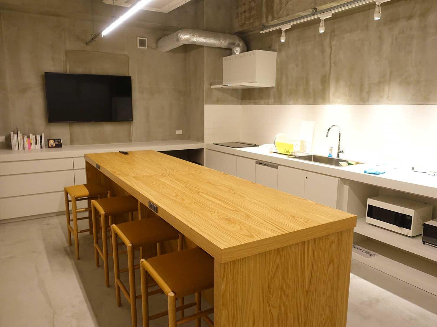 広島・八丁堀のおしゃれなリノベホテル「KIRO広島 The Share Hotels」シェアキッチンのテーブル
