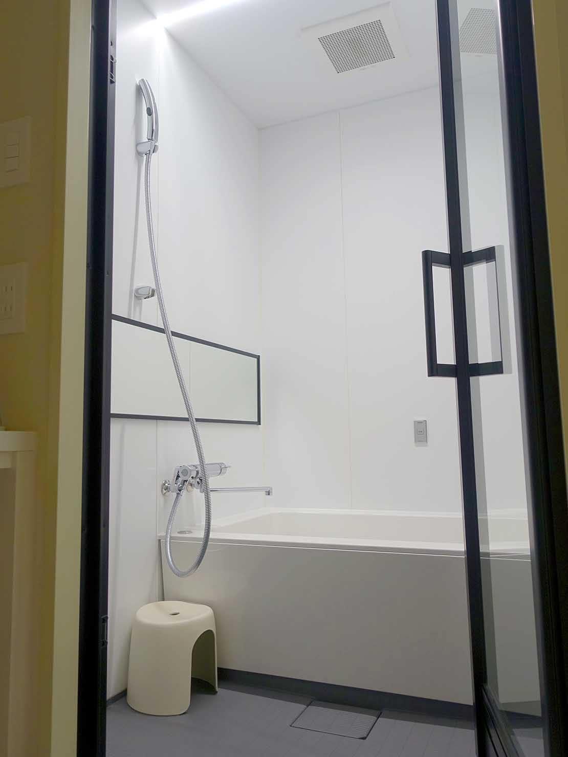 広島・八丁堀のおしゃれなリノベホテル「KIRO広島 The Share Hotels」コンパクトダブルのバスルーム