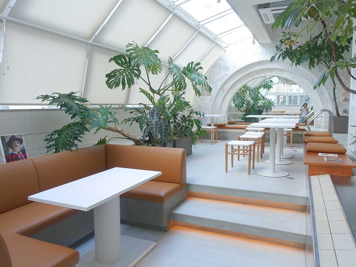 広島・八丁堀のおしゃれなリノベホテル「KIRO広島 The Share Hotels」のダイニング・THE POOLSIDEのエントランス側から見る店内