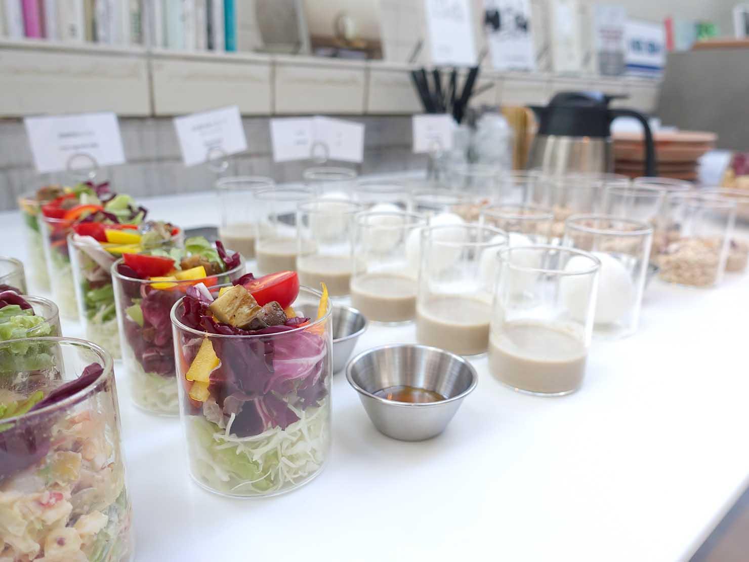 広島・八丁堀のおしゃれなリノベホテル「KIRO広島 The Share Hotels」のダイニング・THE POOLSIDEの朝食サラダ
