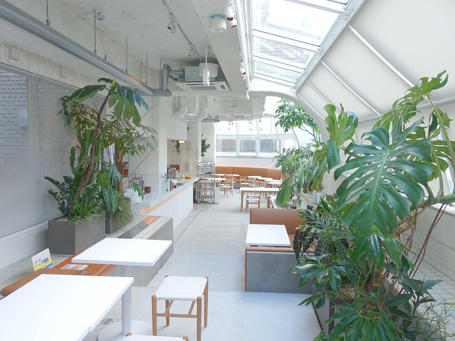 広島・八丁堀のおしゃれなリノベホテル「KIRO広島 The Share Hotels」のダイニング・THE POOLSIDEのテーブル席側から見る店内