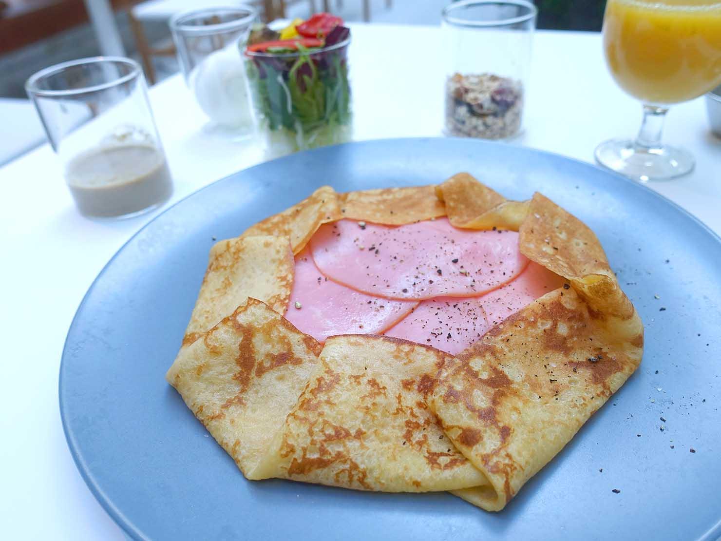 広島・八丁堀のおしゃれなリノベホテル「KIRO広島 The Share Hotels」のダイニング・THE POOLSIDEの朝食クレープ