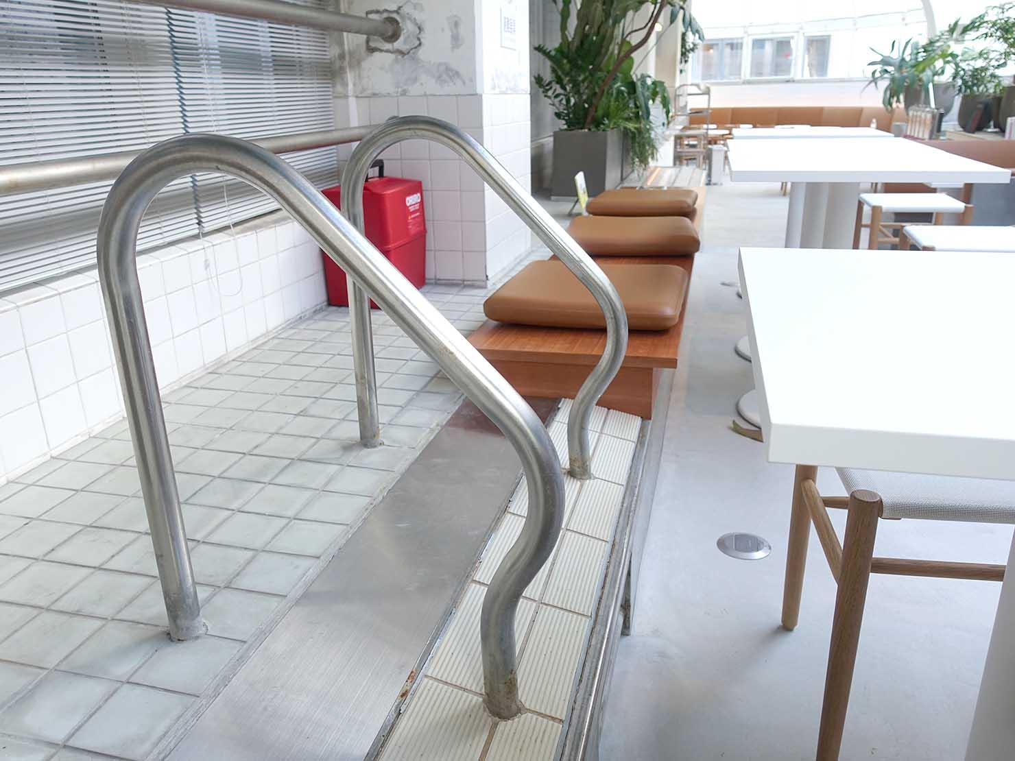 広島・八丁堀のおしゃれなリノベホテル「KIRO広島 The Share Hotels」のダイニング・THE POOLSIDEにのこるプールのおもかげ