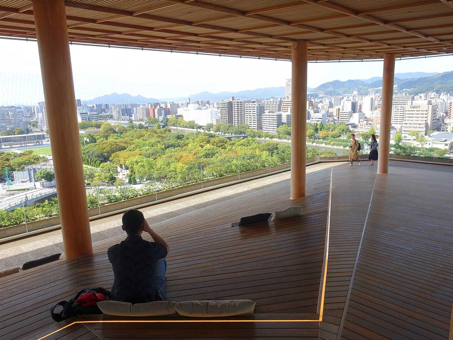 広島市内観光の見どころ「おりづるタワー」展望台・ひろしまの丘の座席