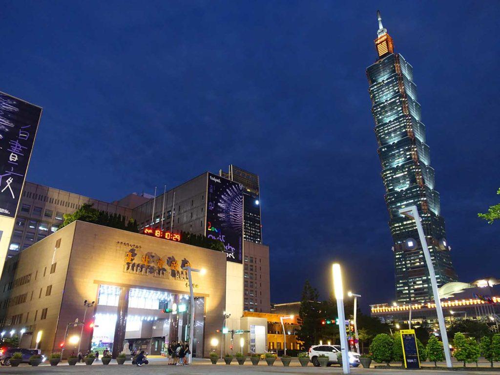 夜の台北市政府廣場から見る台北101