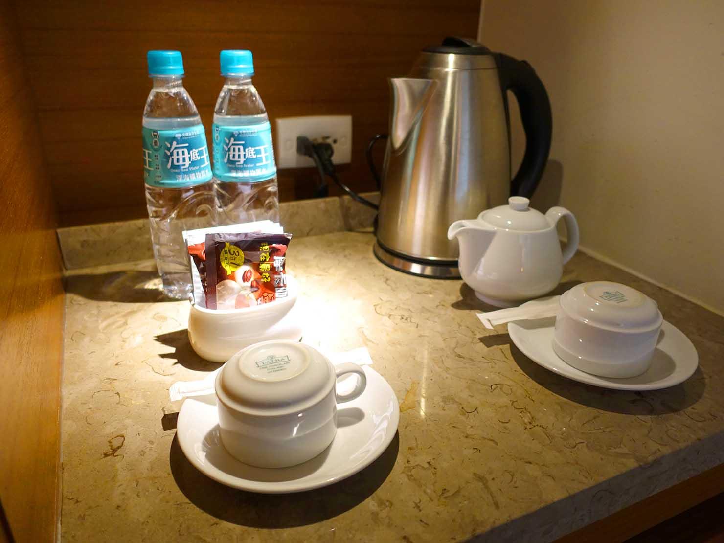 花蓮市街中心部にあるホテル「馥麗生活旅店 Quality Inn」スーペリアダブルに準備されたドリンク類