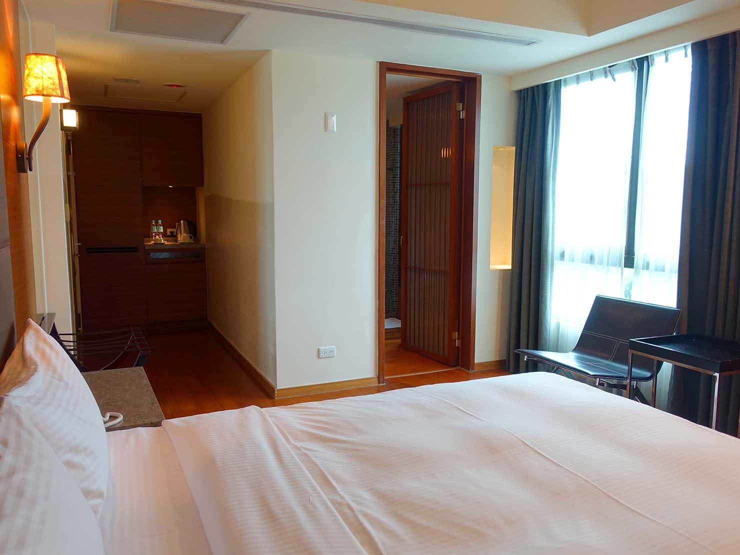 花蓮市街中心部にあるホテル「馥麗生活旅店 Quality Inn」部屋奥側から見るスーペリアダブル