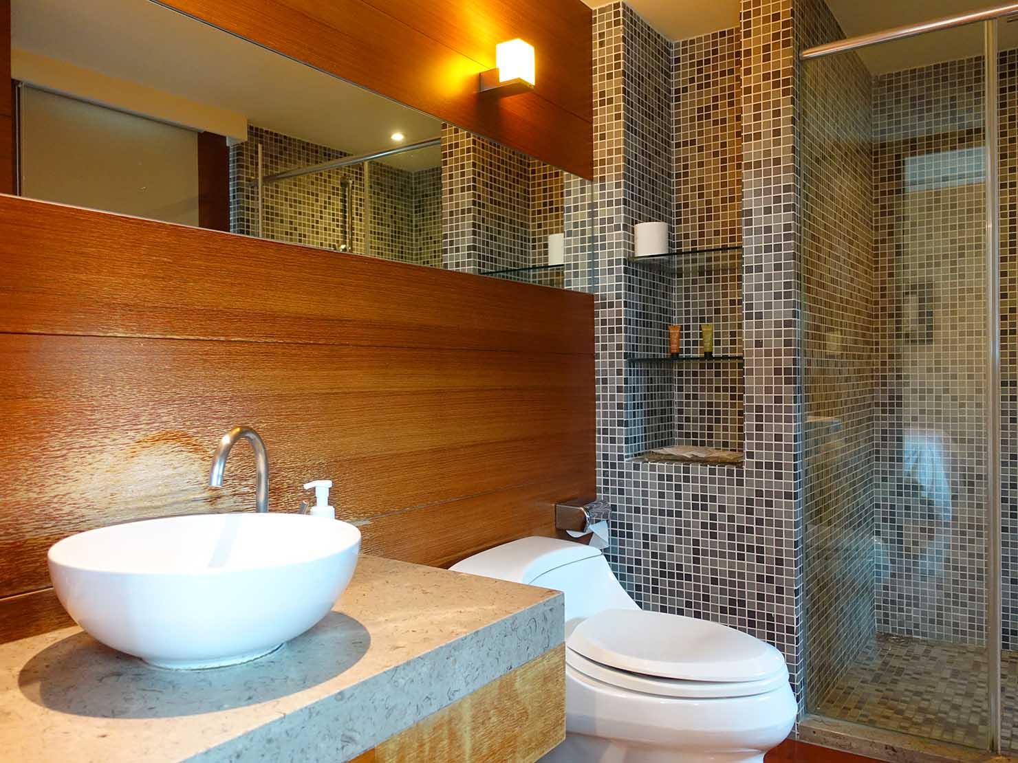 花蓮市街中心部にあるホテル「馥麗生活旅店 Quality Inn」スーペリアダブルのバスルーム