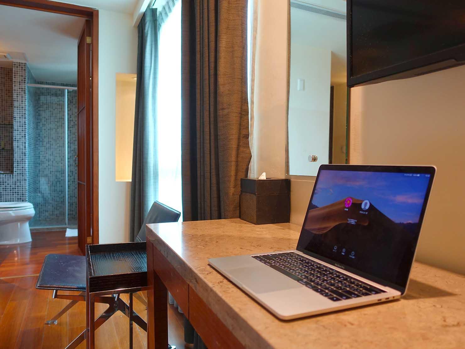 花蓮市街中心部にあるホテル「馥麗生活旅店 Quality Inn」スーペリアダブルのデスク
