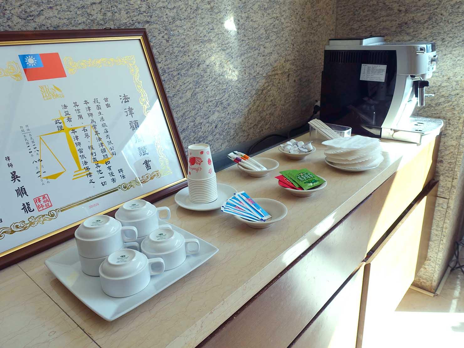花蓮市街中心部にあるホテル「馥麗生活旅店 Quality Inn」ロビーに準備されたサービスドリンク