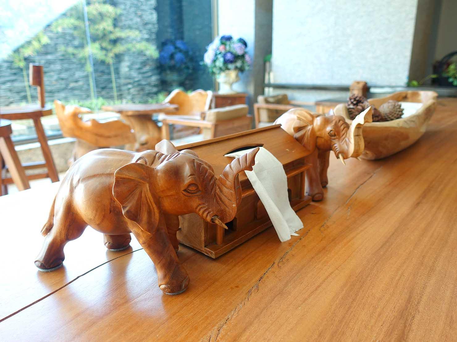 花蓮市街中心部にあるホテル「馥麗生活旅店 Quality Inn」のロビーに飾られた象の置物