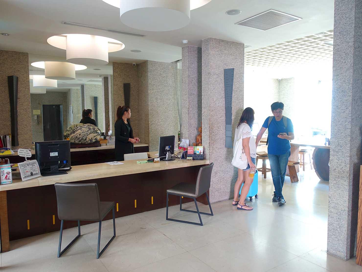 花蓮市街中心部にあるホテル「馥麗生活旅店 Quality Inn」のチェックインカウンター
