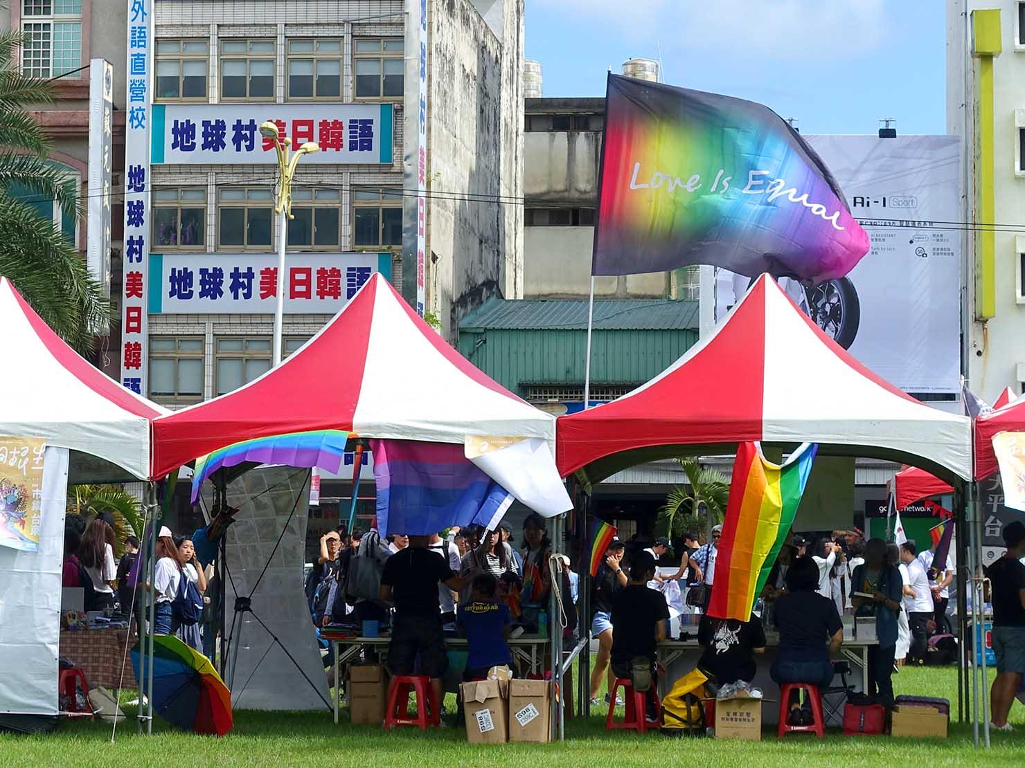 花東彩虹嘉年華(台湾東部LGBTプライド)の会場にはためく「Love is Equal」の旗