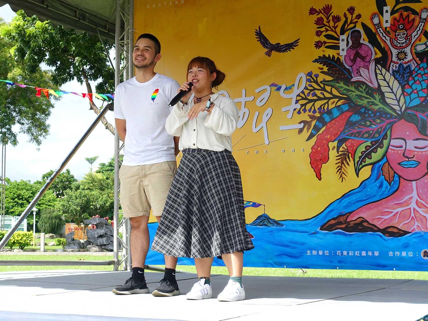 花東彩虹嘉年華(台湾東部LGBTプライド)の会場ステージに立つ時代力量の議員