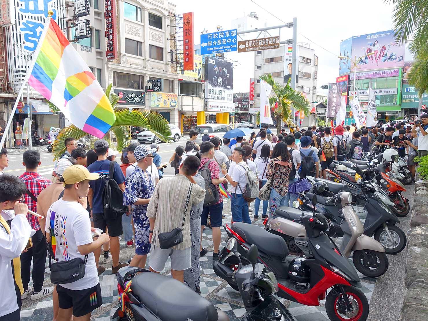花東彩虹嘉年華(台湾東部LGBTプライド)の会場をスタートするパレード