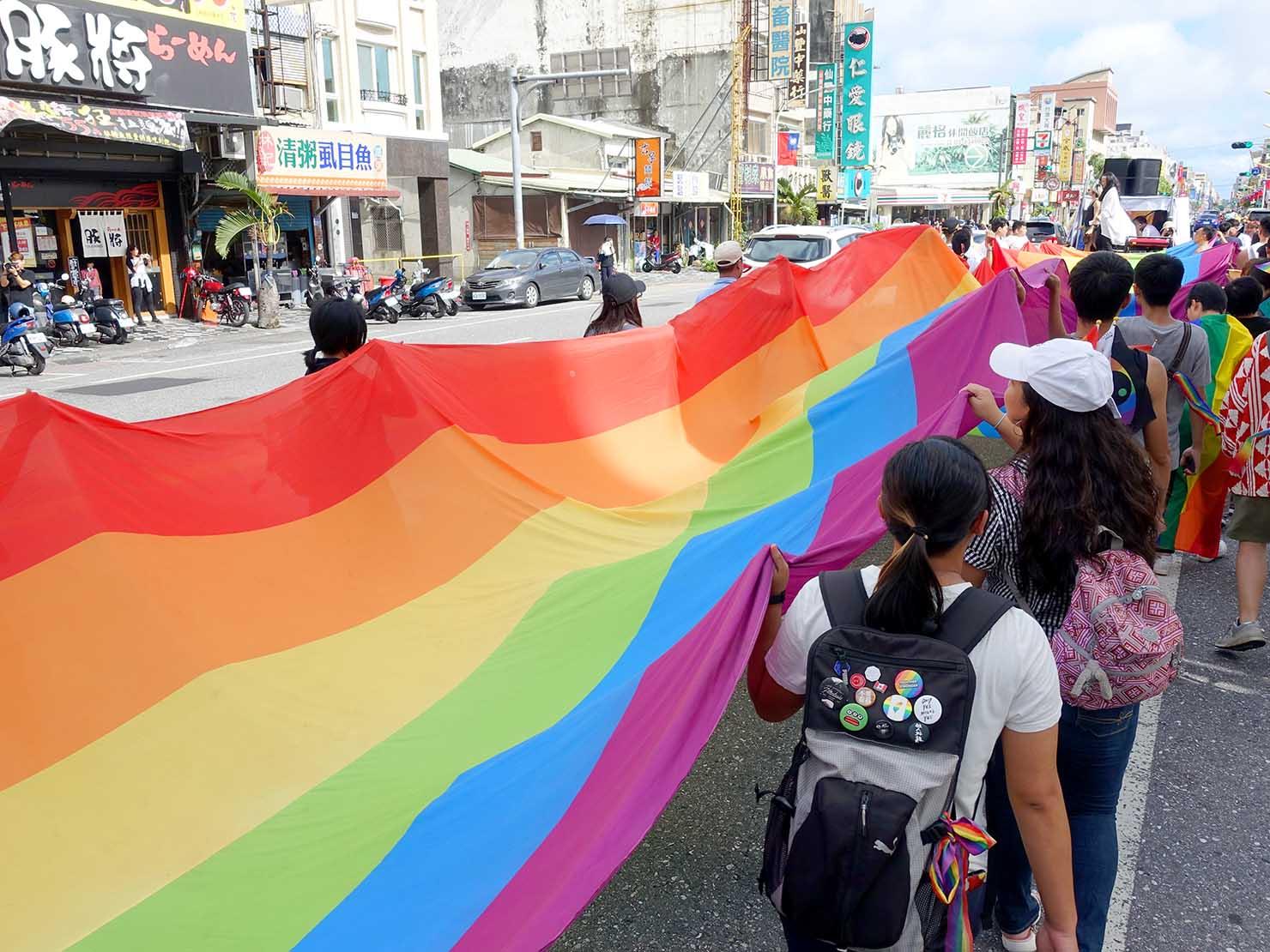 花東彩虹嘉年華(台湾東部LGBTプライド)のパレード先頭を行く巨大レインボーフラッグ