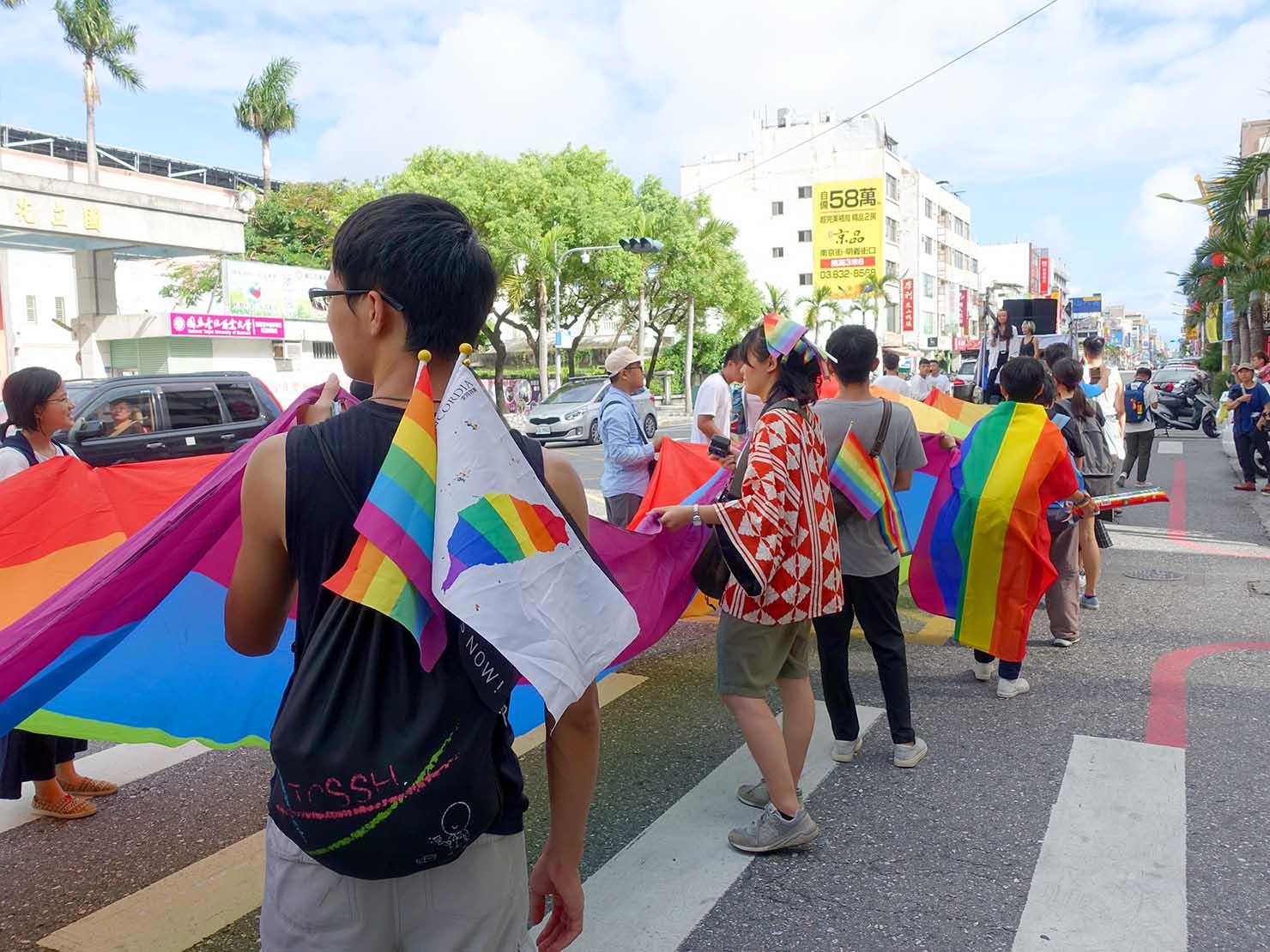 花東彩虹嘉年華(台湾東部LGBTプライド)で巨大レインボーフラッグを持つスタッフ