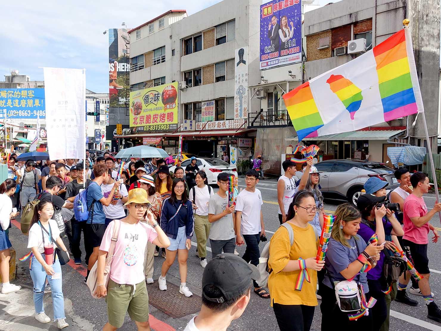 花東彩虹嘉年華(台湾東部LGBTプライド)でレインボーフラッグを掲げる参加者