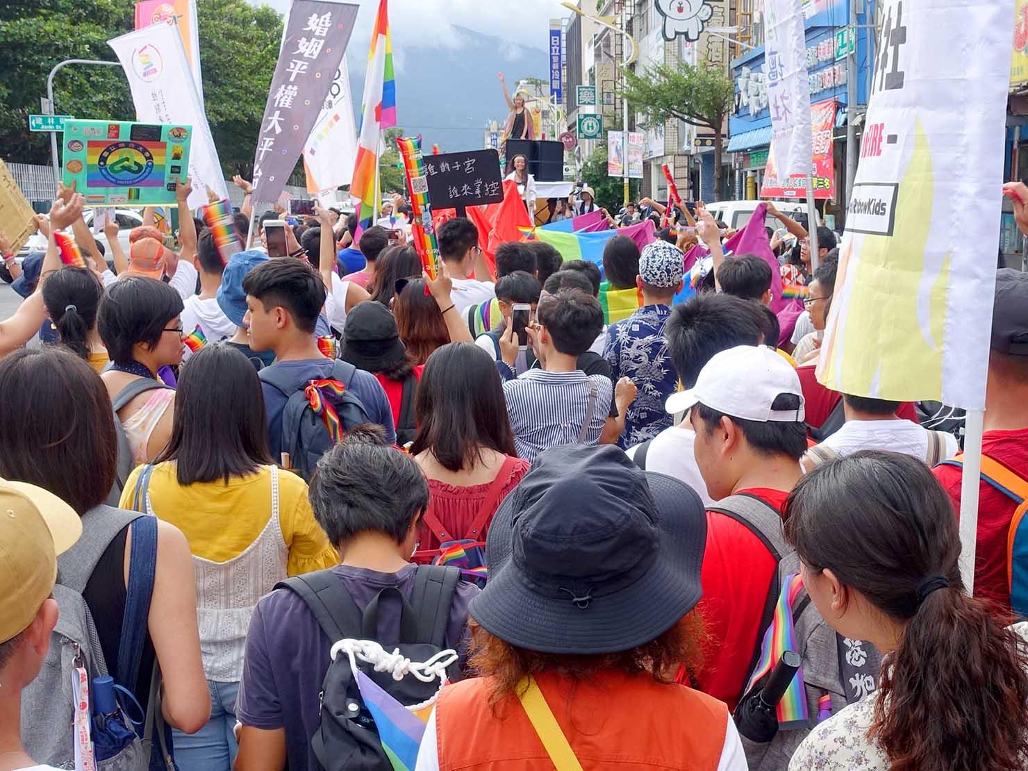 花東彩虹嘉年華(台湾東部LGBTプライド)のパレードカーに続く参加者たち