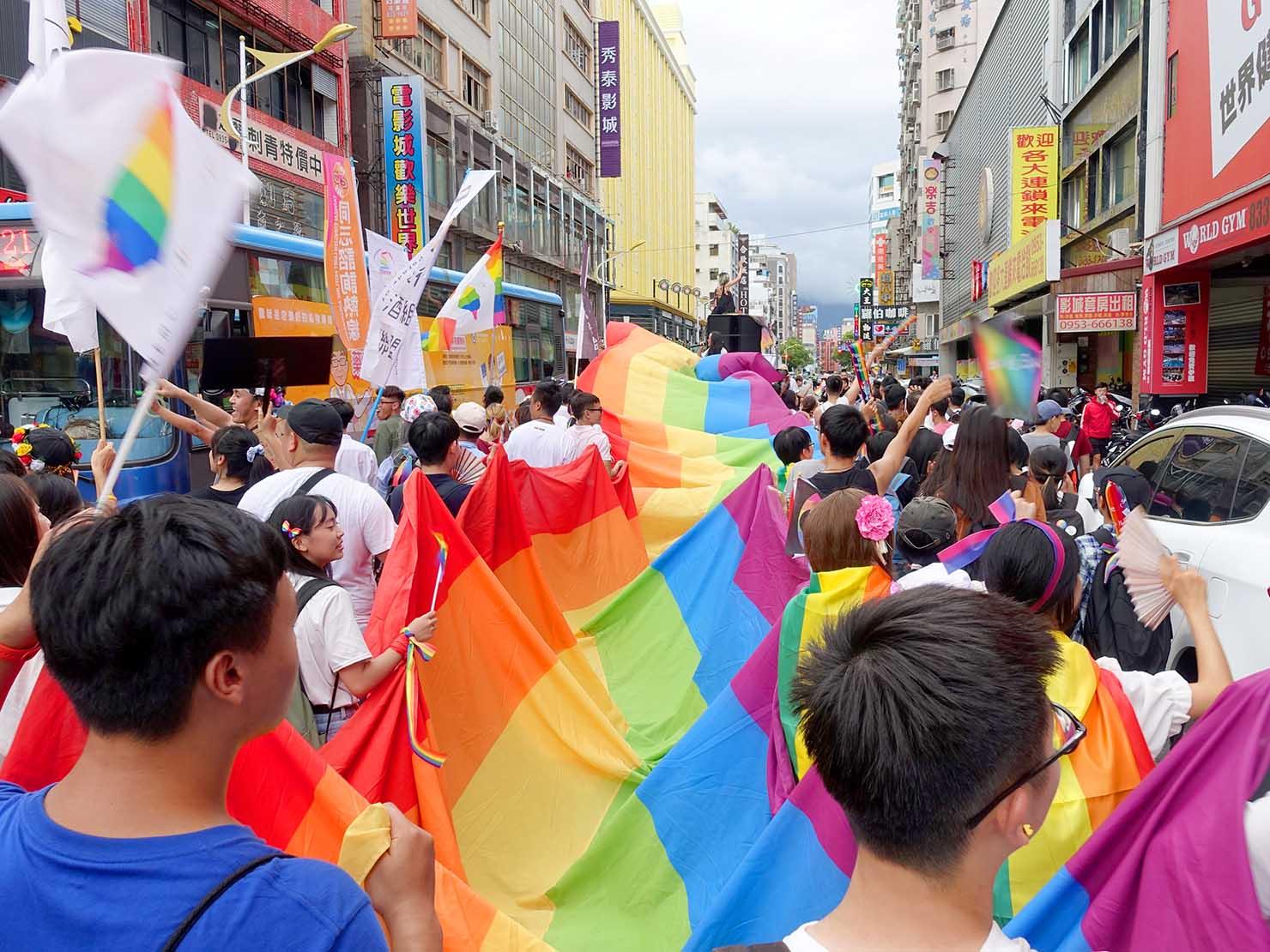 花東彩虹嘉年華(台湾東部LGBTプライド)で繁華街に差し掛かるパレード隊列
