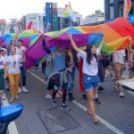 花東彩虹嘉年華(台湾東部LGBTプライド)で巨大レインボーフラッグを持つスタッフたち