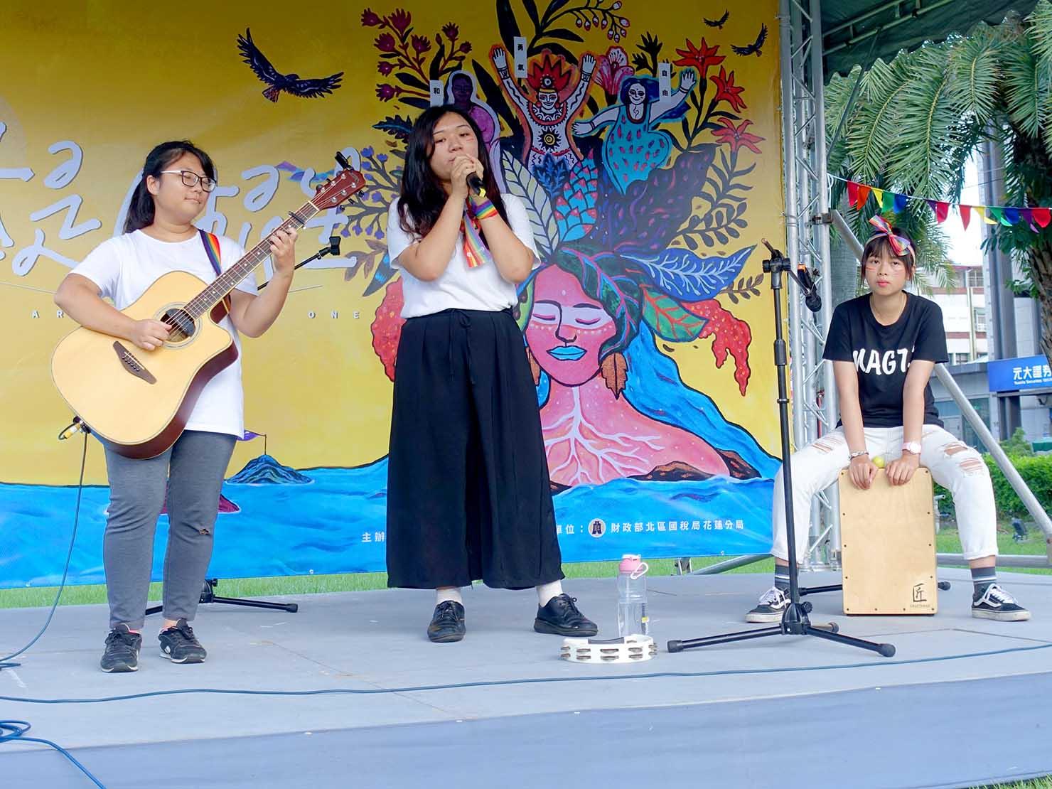 花東彩虹嘉年華(台湾東部LGBTプライド)の会場ステージでライブを披露する東華大學の学生さん