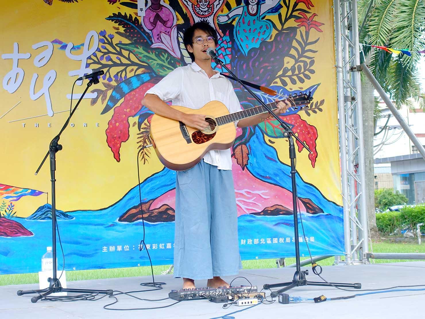 花東彩虹嘉年華(台湾東部LGBTプライド)の会場ステージでライブを披露する吳青原さん
