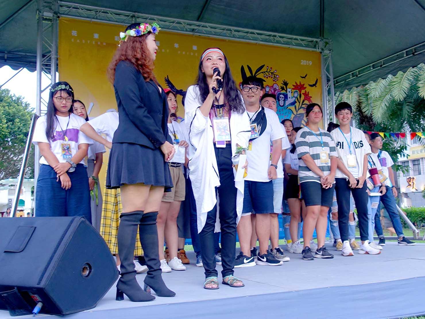花東彩虹嘉年華(台湾東部LGBTプライド)の会場ステージに立つパレードスタッフさんたち