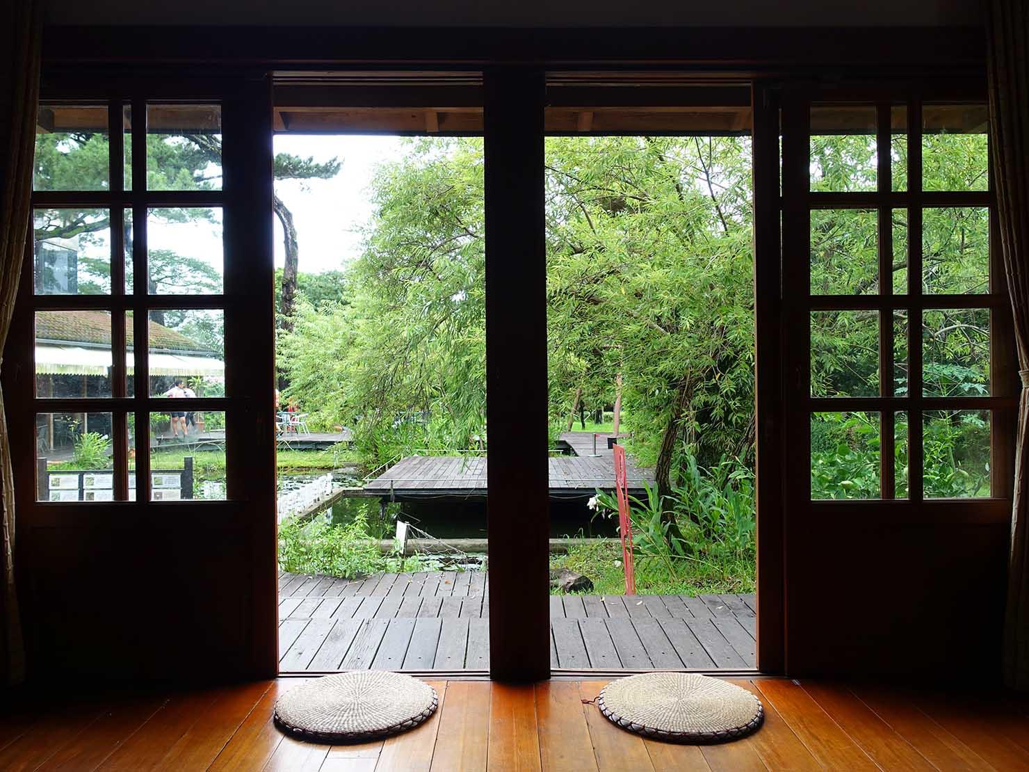 台湾・花蓮のおすすめ観光スポット「松園別館」の木造小屋から望む池