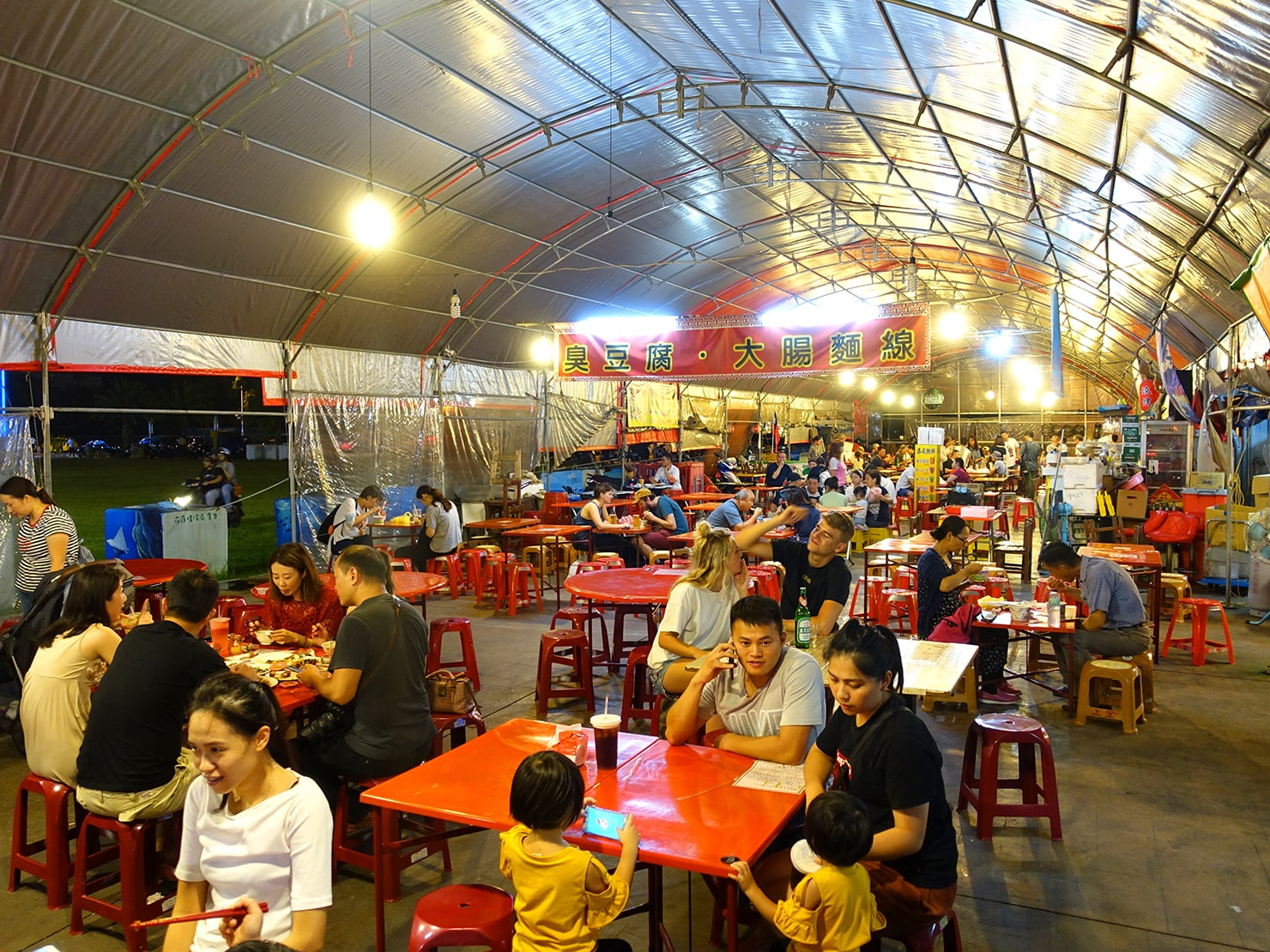 台湾・花蓮のおすすめ観光スポット「東大門夜市」の屋外テーブル