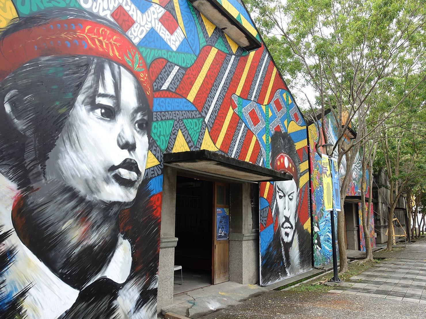 台湾・花蓮のおすすめ観光スポット「a-zone花蓮文化創意產業園區」の建物壁面に描かれた絵