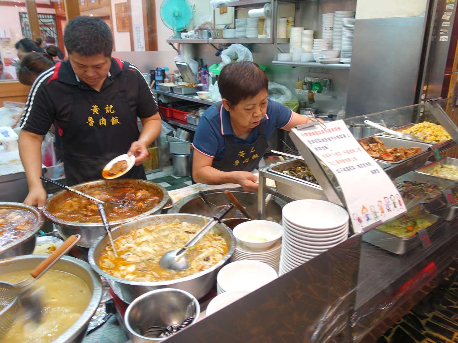 台北・民權西路&中山國中駅周辺(晴光市場)のおすすめグルメ店「黃記魯肉飯」のカウンター