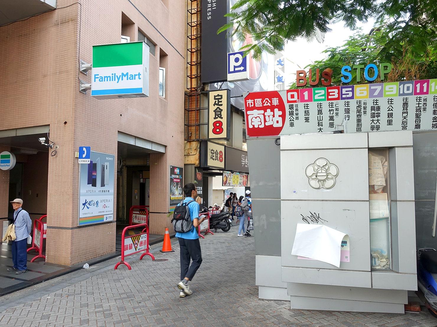 台鐵・台南駅前のバス停(南駅)