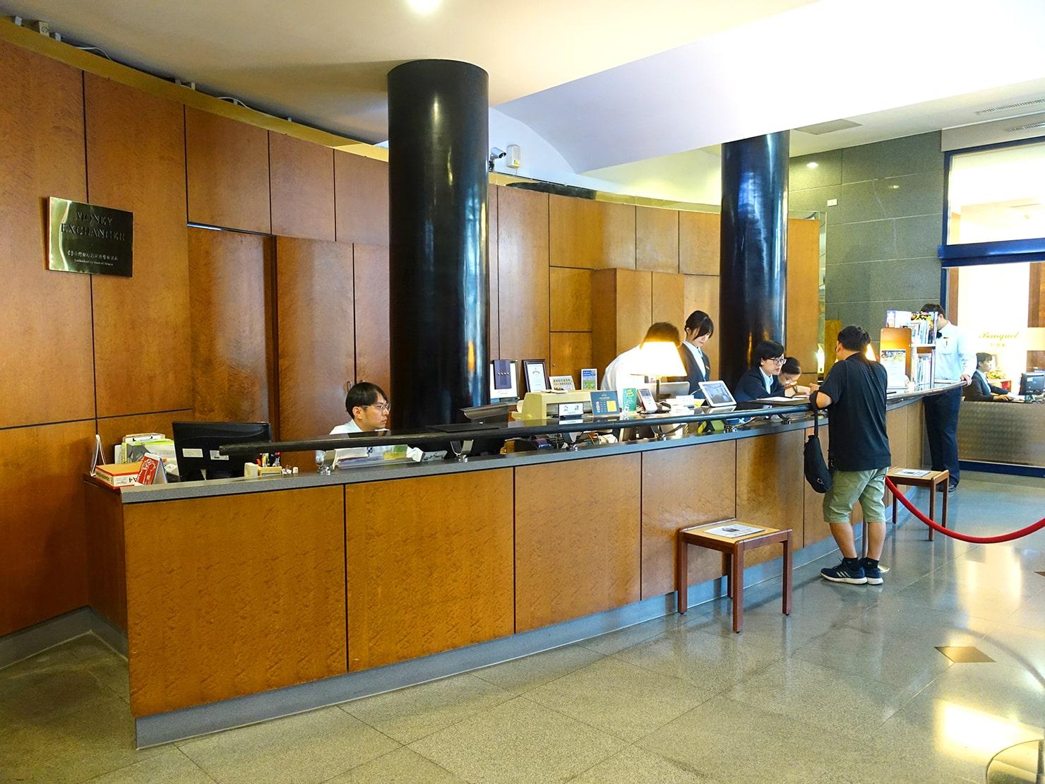 台南駅が目の前の老舗ホテル「台南大飯店 Hotel Tainan」のチェックインカウンター