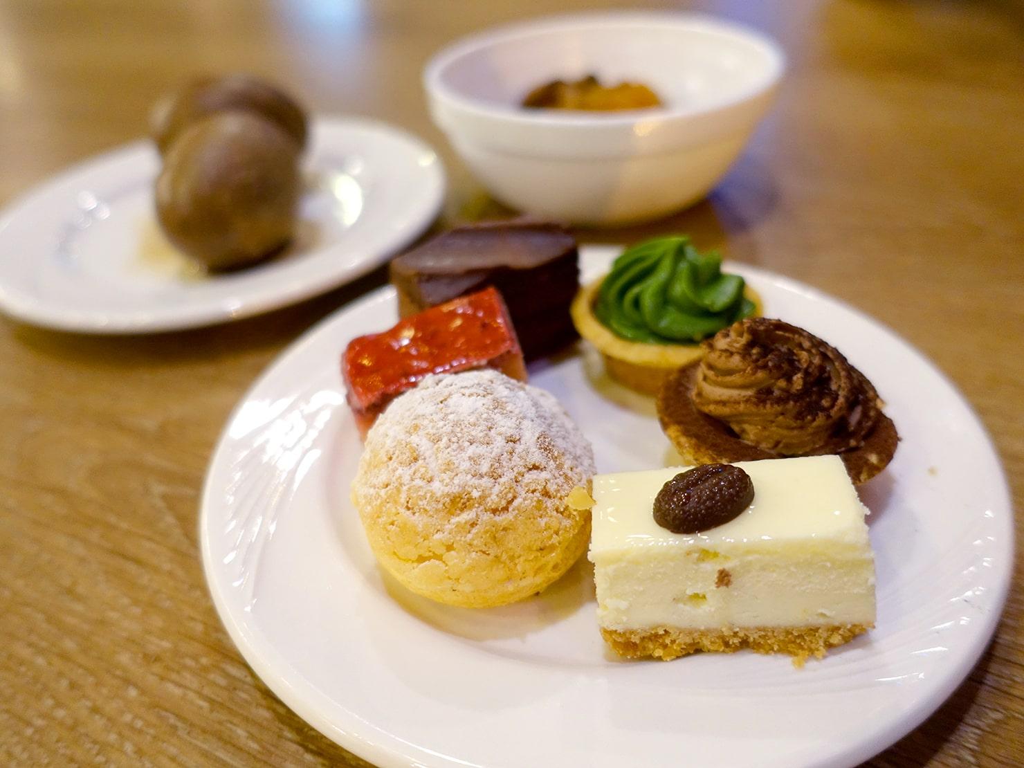 台南駅が目の前の老舗ホテル「台南大飯店 Hotel Tainan」の夜食で振舞われたケーキ