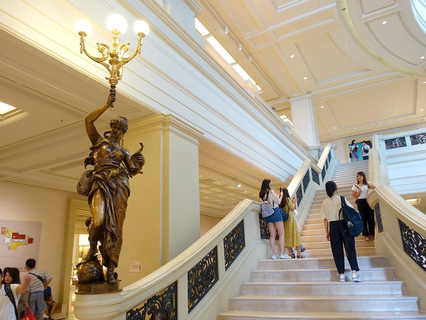 台南市街郊外のおすすめ観光スポット「奇美博物館」エントランスホールの階段