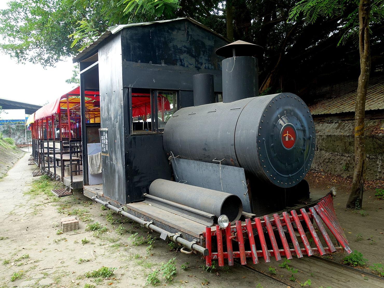 台南市街郊外のおすすめ観光スポット「十鼓仁糖文化園區」の園内を走る列車