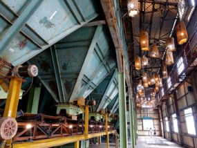 台南市街郊外のおすすめ観光スポット「十鼓仁糖文化園區」の工場内に並ぶランプ