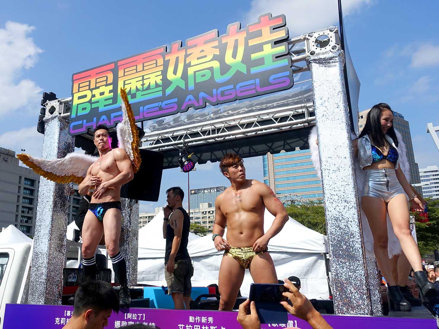 台灣同志遊行(台湾LGBTプライド)2019の会場でパフォーマンスをするイケメンお兄さん