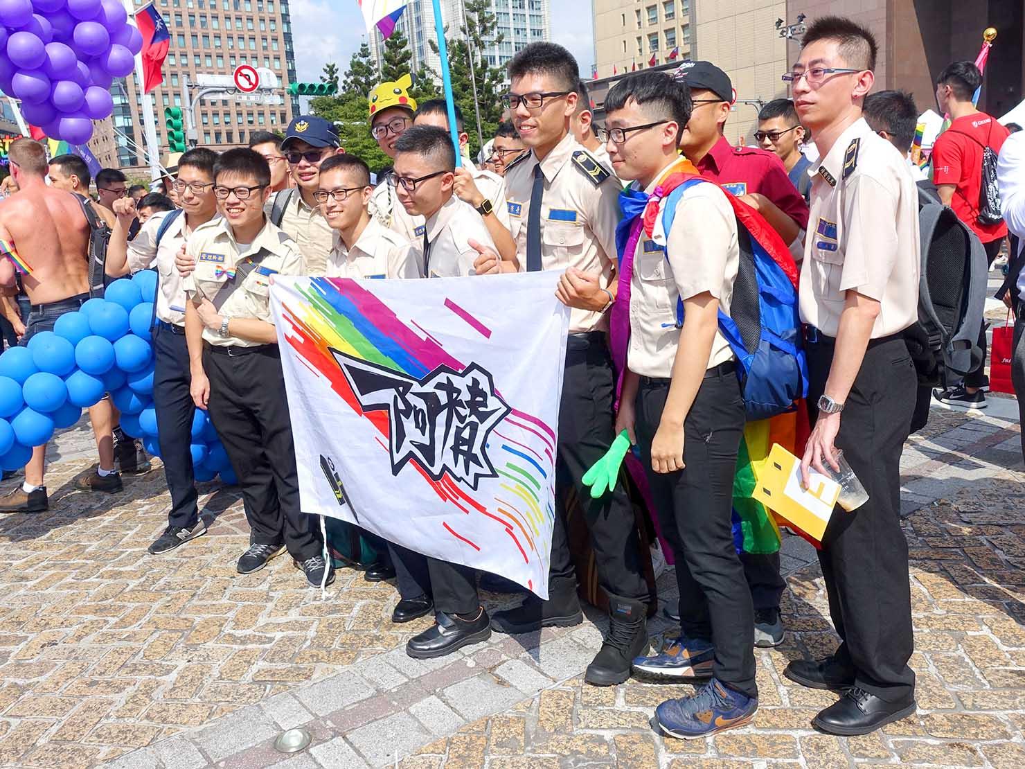 台灣同志遊行(台湾LGBTプライド)2019の会場で記念撮影する替代役男子たちのグループ